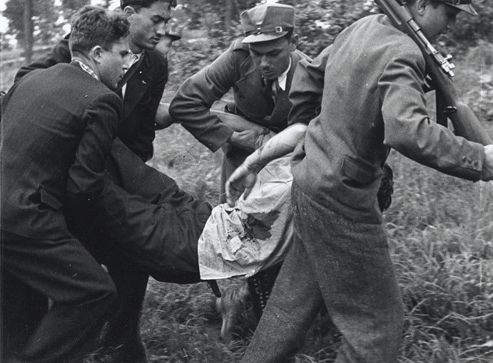 Січовики несуть пораненого 1939